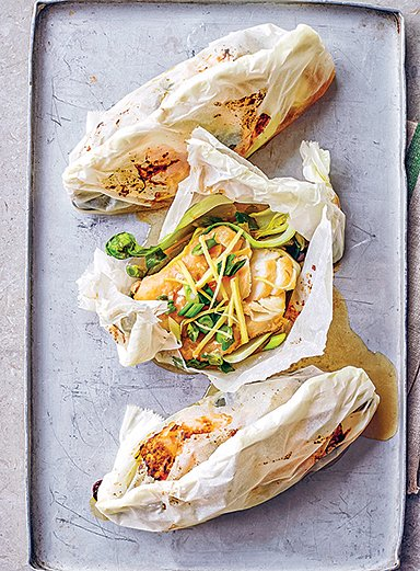 三文魚燒烤6~8分鐘,直到喜歡的熟度。