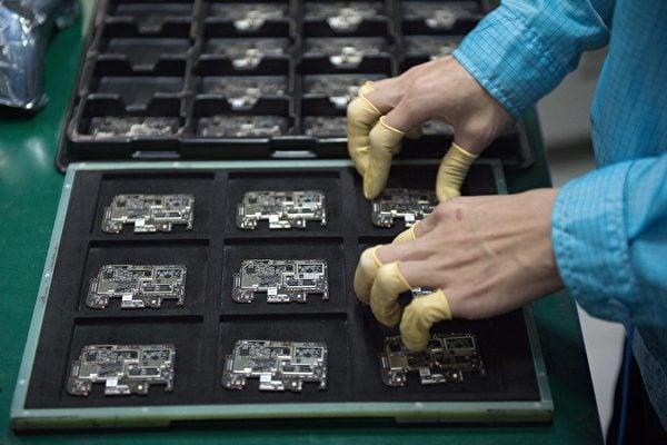 中國芯片業再傳爛尾,有學者認為,在美國政策圍堵情況下,中國僅剩低階製程的晶圓廠可運作,高階製程在可預見的將來都沒辦法投入。示意圖 (NICOLAS ASFOURI/AFP via Getty Images)