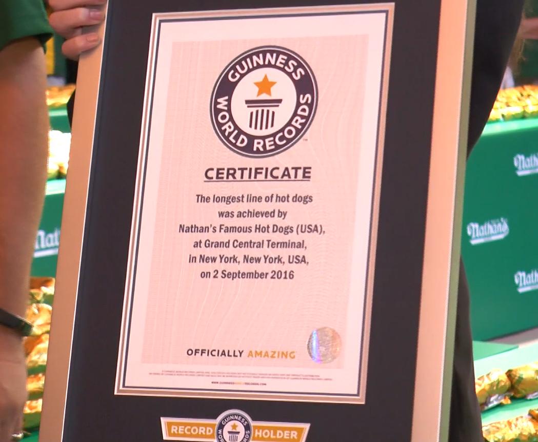 健力士世界紀錄頒發證書,一個新的世界紀錄誕生了。(韓瑞/大紀元)