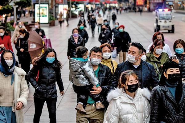 圖為上海街頭的行人們。(NOEL CELIS/AFP via Getty Images)