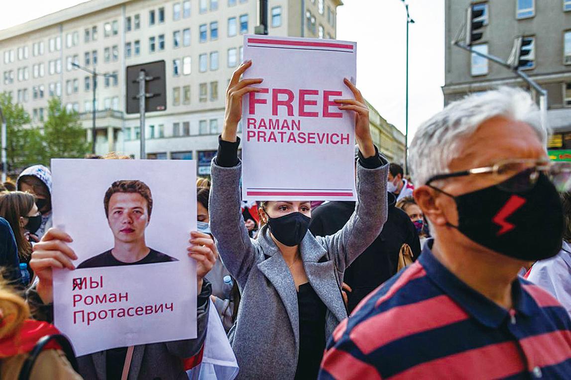 5月24日,居住在波蘭的白俄羅斯人和支持他們的波蘭人在華沙舉行的示威中舉起寫有「釋放普羅塔塞維奇」的標語牌。(Getty Images)