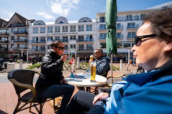 德國疫情進一步好轉,餐廳已開放室外就餐,但政府仍希望延長「緊急狀態」。(Photo by David Hecker/Getty Images)