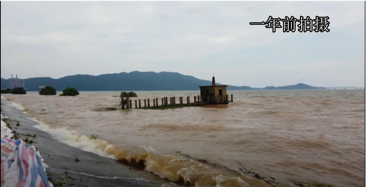 5月23日,九江居民上傳長江水位上漲視頻,提醒人們今年長江抗洪形勢依然嚴峻。圖爲去年洪水淹沒堤壩旁水文站的情景。(影片截圖)