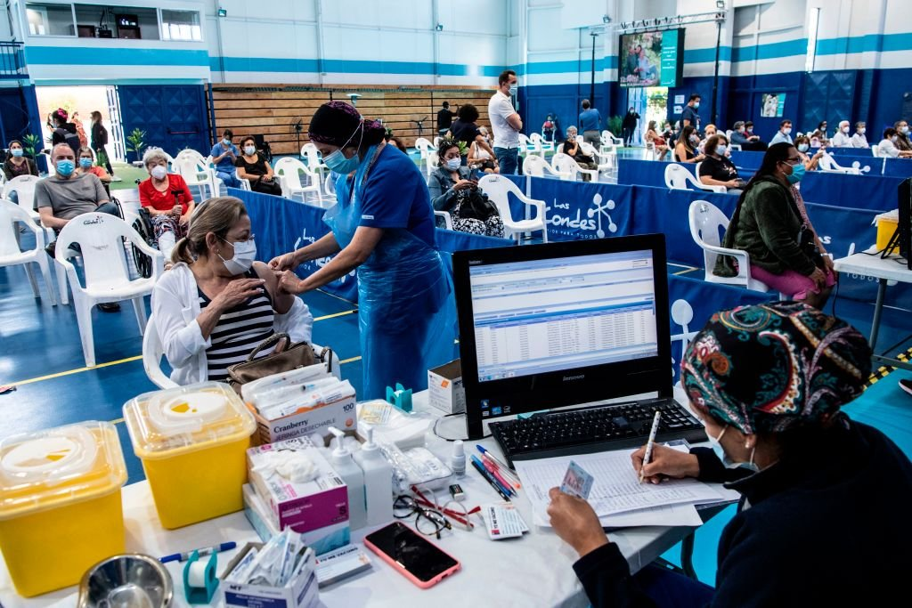 目前,拉丁美洲和加勒比地區的中共病毒死亡人數已超過100萬。中國疫苗在拉美占比超6成。NBC報道說,中共正利用疫苗推動其在拉丁美洲的議程。圖爲智利首都聖地亞哥的一個疫苗接種中心。(MARTIN BERNETTI/AFP via Getty Images)