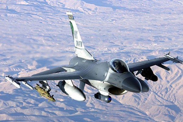 四架台灣空軍F-16A型戰機25日凌晨0時57分隱密低調飛往美國執行替代訓練任務。韓國外長鄭義溶就台海危機問題表示,需要用和平方式解決。圖為在阿富汗作戰的F-16戰鬥機。(維基百科)