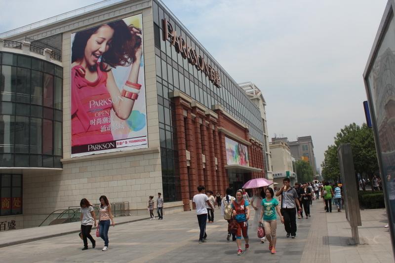 近年中國百貨業頹廢,投資大陸的百盛百貨集團在競爭激烈受壓下,利潤大受影響。(網絡圖片)
