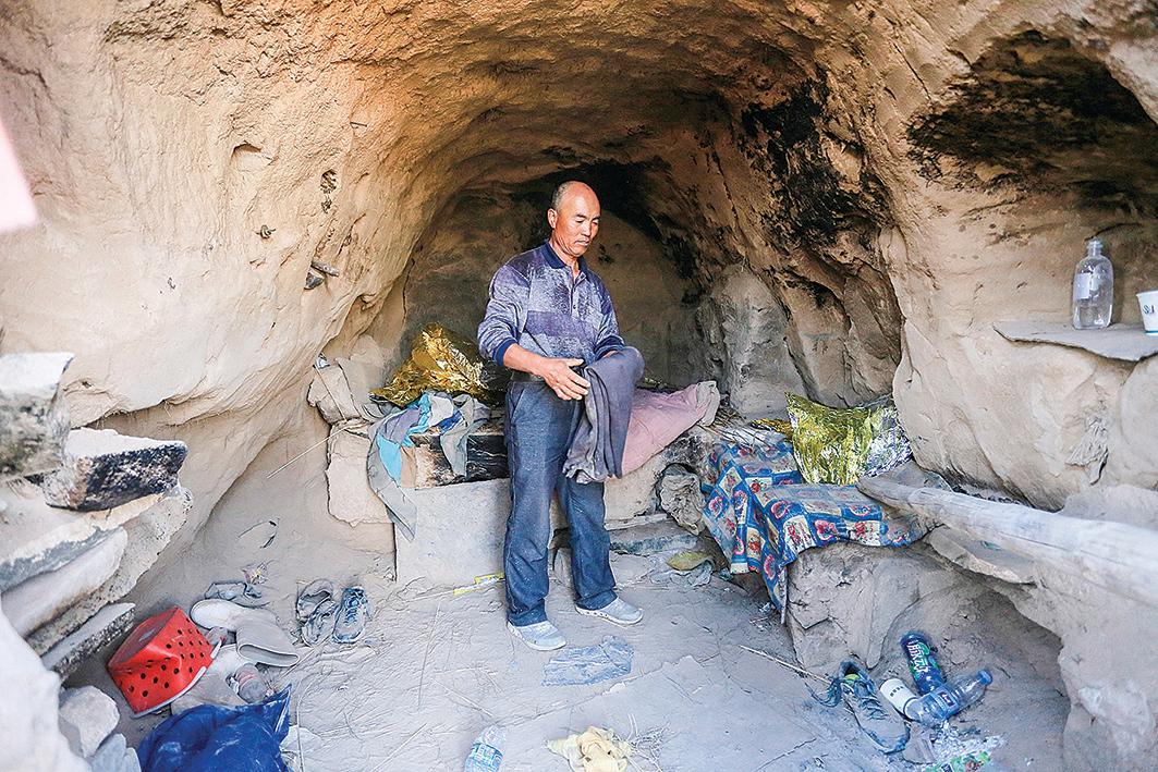 甘肅白銀市牧羊人朱克銘用來救助6名失溫選手的窯洞。(AFP)