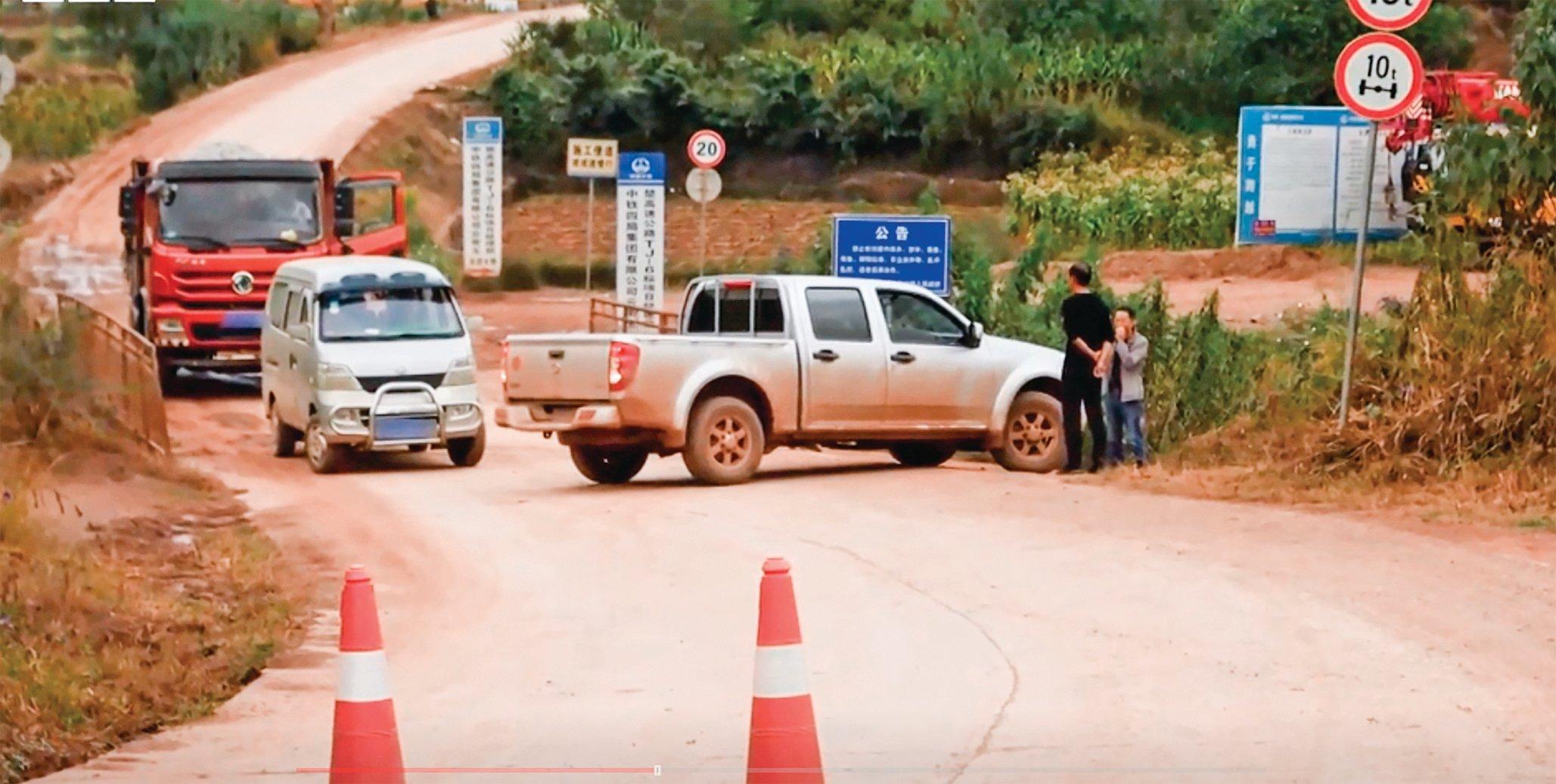 BBC記者走訪雲南礦洞過程中,當局設法跟蹤攔截,記者最終無法靠近礦洞。(視頻截圖)