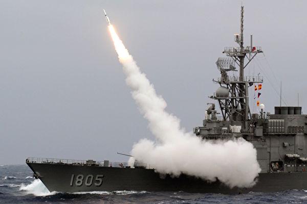 台海緊張局勢似乎日益嚴峻,近日美國媒體披露,一份機密文件顯示,美國曾考慮動用核武保護台灣。圖為中華民國海軍軍事演習。 (SAM YEH AFP / Getty Images)