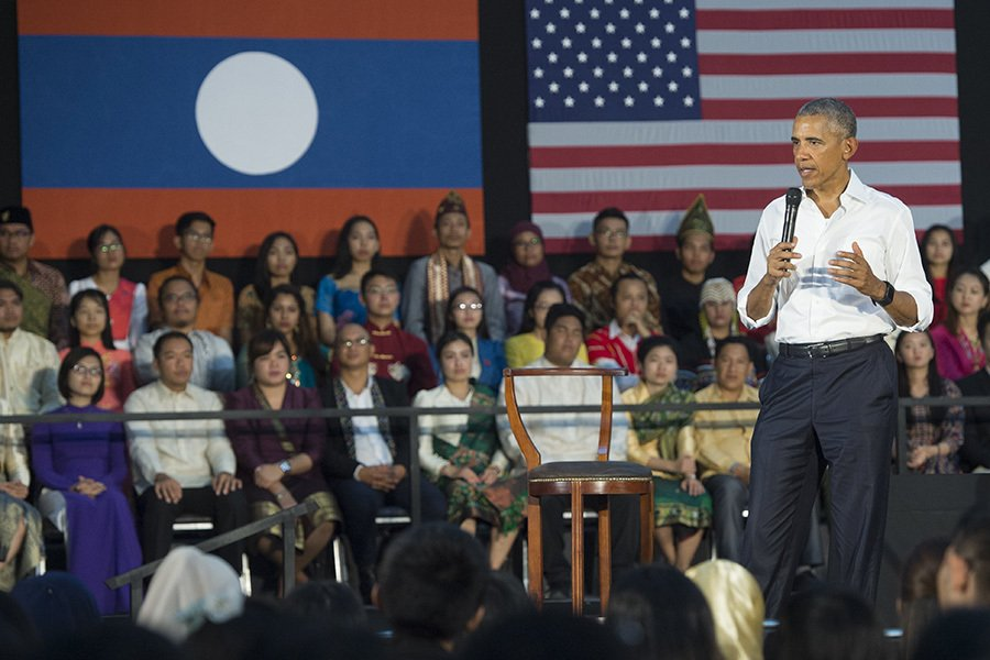 奧巴馬在老撾北部鑾巴拉邦告訴東南亞年輕領袖倡議(Young Southeast Asian Leaders' Initiative)成員,美國的「堅強實力」是來自多元性。(SAUL LOEB/AFP/Getty Images)