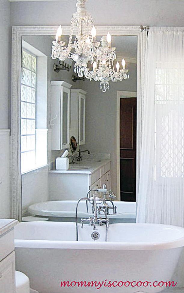 把平淡的燈具換成水晶吊燈會提升浴室的品位。(Bathroom Chandelier via Mommy is Coo Coo on Hometalk)