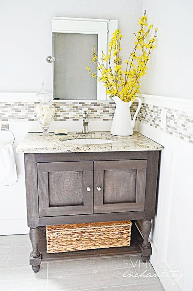新的盥洗台和水槽可令浴室煥然一新。(Weathered Wood Vanity via Everyday Enchanting on Hometalk)