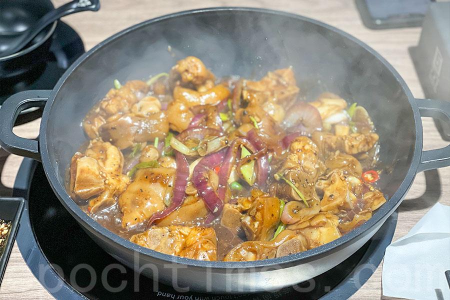 香氣四溢的黑椒豬手煲。(Siu Shan提供)