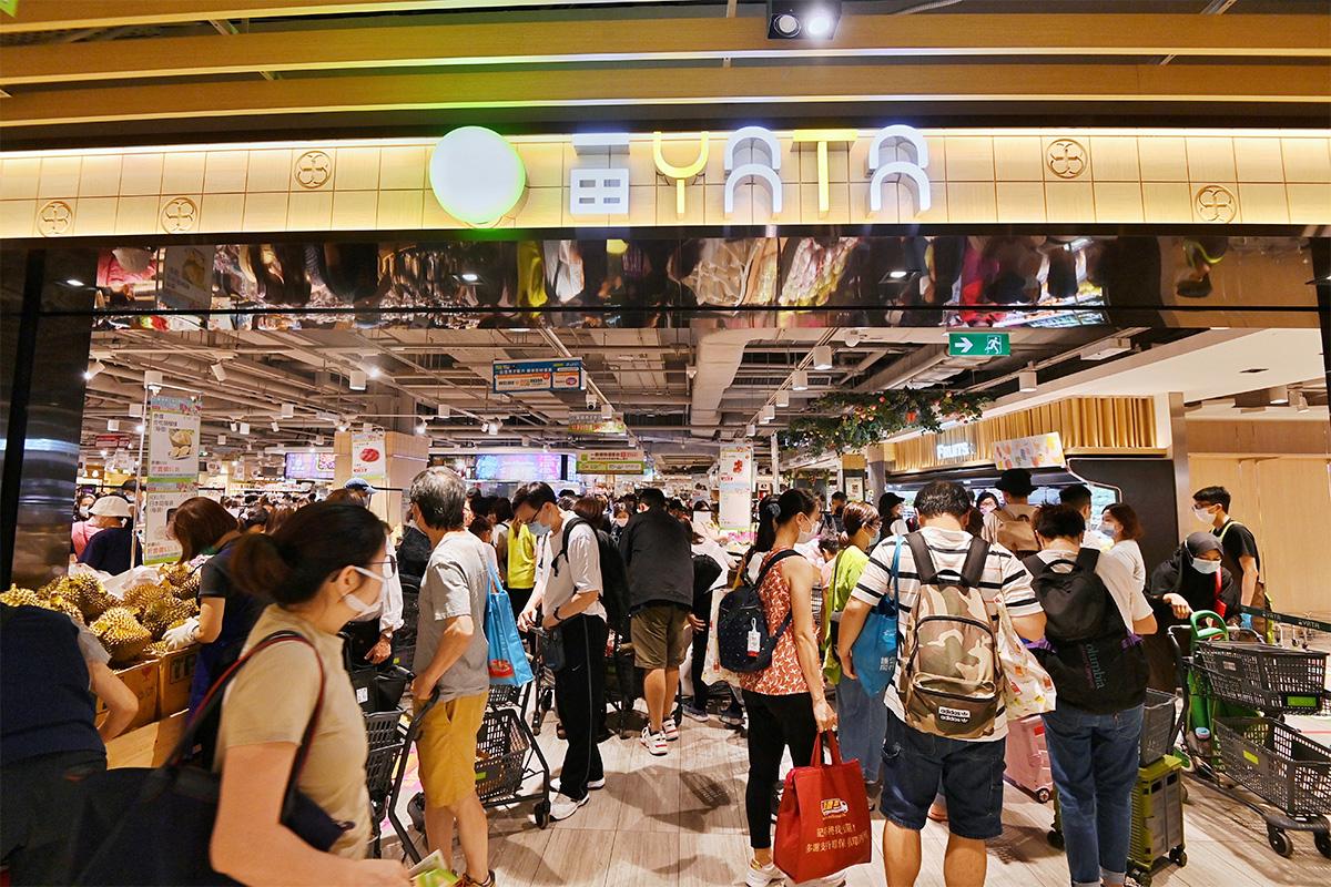 一田購物優惠日首日早上,大批市民湧進一田沙田分店搶購。(宋碧龍/大紀元)