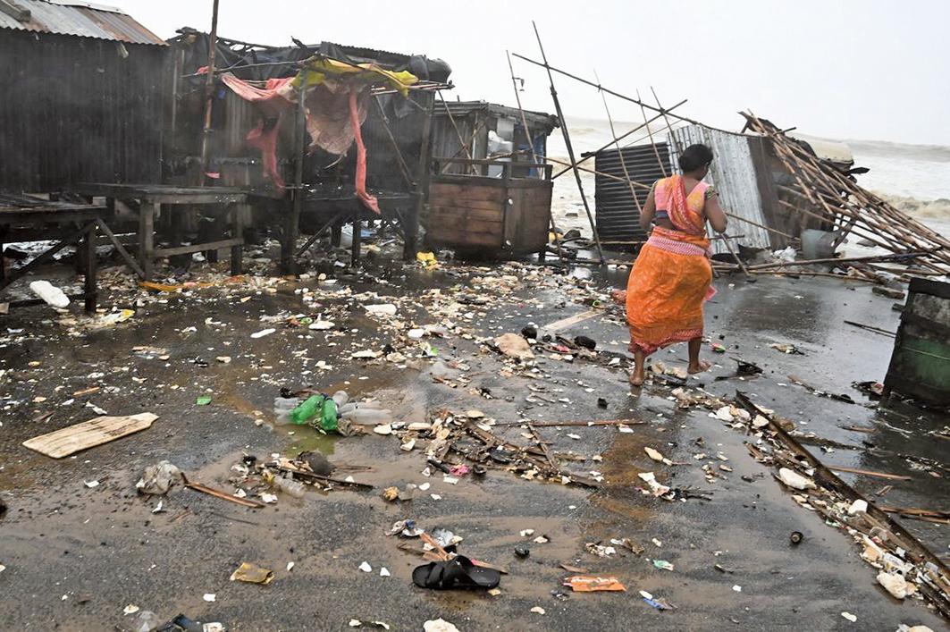 5月26日,一位奧里薩邦巴拉索爾縣(Balasore)的居民在海濱地區的廢墟中行走。(Getty Images)