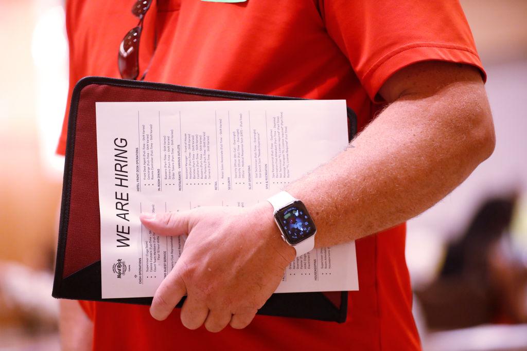 美國於當地時間5月27日公佈一周截止22/5的首領失業救濟金人數為40.6萬,按周減少了3.8萬人。(Octavio Jones/Getty Images)