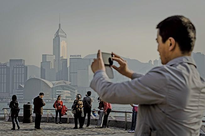 據香港保險監理處數據,近年大陸人到香港購買保險保單持續激增。(Getty Images)