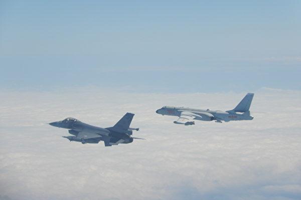 2020年2月9日中共軍機越過台海中線,台灣國軍F-16戰機(左)則緊急起飛監控伴飛。(台灣國防部提供)