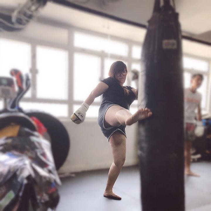 在成功減了60磅後遇到了瓶頸,Cokimi開始學打泰拳,她認為泰拳是一種很好的全身運動,可以有助減肥。(受訪者提供)