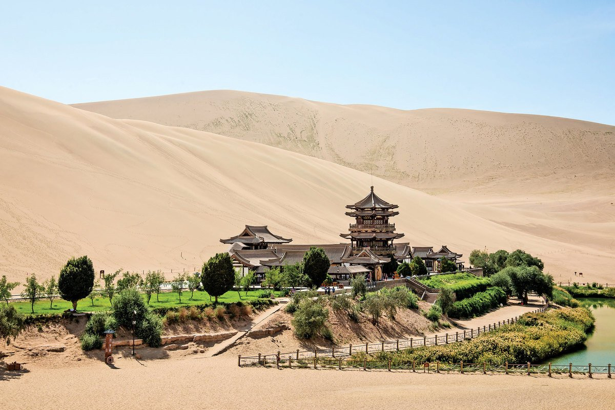 中國古代絲路之敦煌莫高窟鳴沙山經累世營建,洞窟遍佈整個崖面。圖為鳴沙山「月牙泉」。(LIUSHENGFILM/Shutterstock)