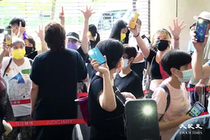 47人案今日開審 過百市民排隊舉五一手勢聲援