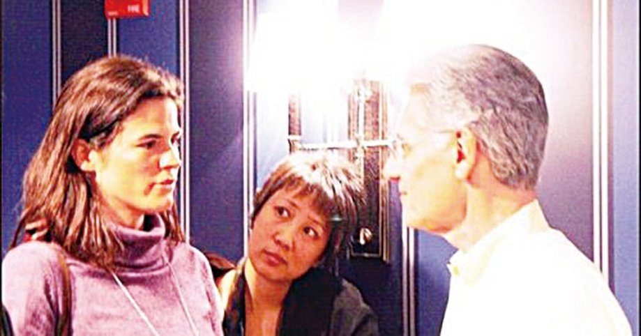 著名的輪迴學者魏斯博士(右)在他「前世回溯」催眠研討班上發生無數感人故事。(網絡圖片)