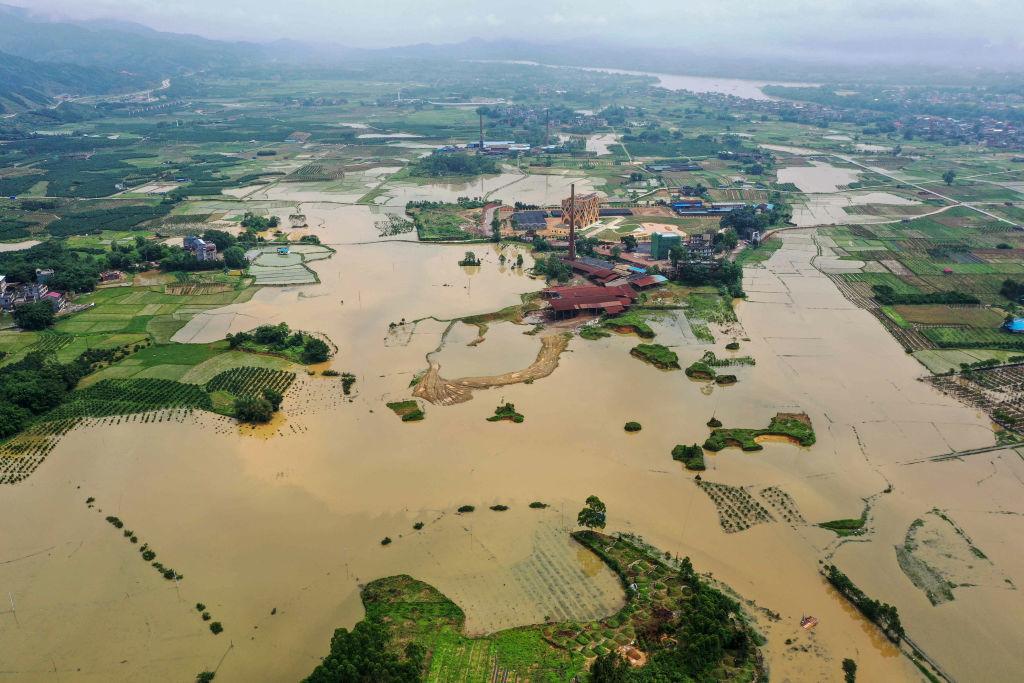 今年5月以來,中國南方暴雨頻發,造成許多地區水患。圖為5月13號廣西一帶因強降雨,許多農地被水淹沒。(STR/AFP via Getty Images)