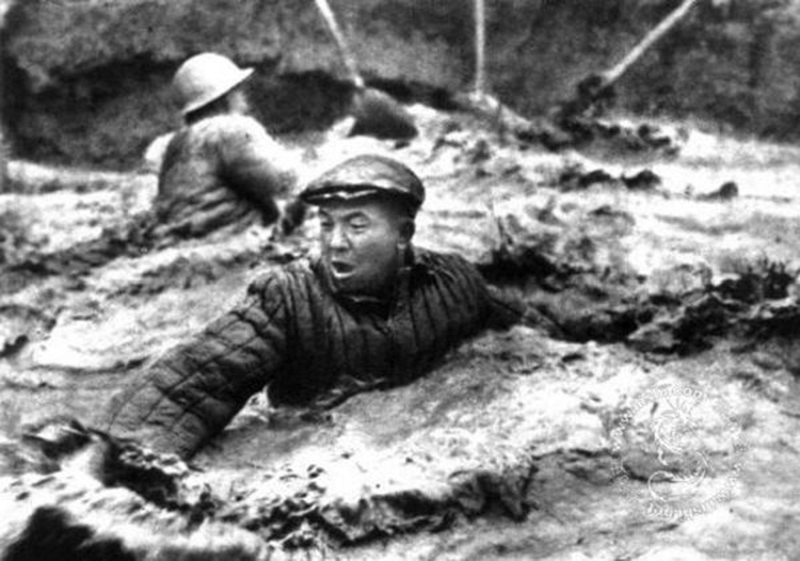 被中共捏造出的用身體拌泥漿的英雄──大慶石油工人「鐵人王進喜」。(網絡圖片)