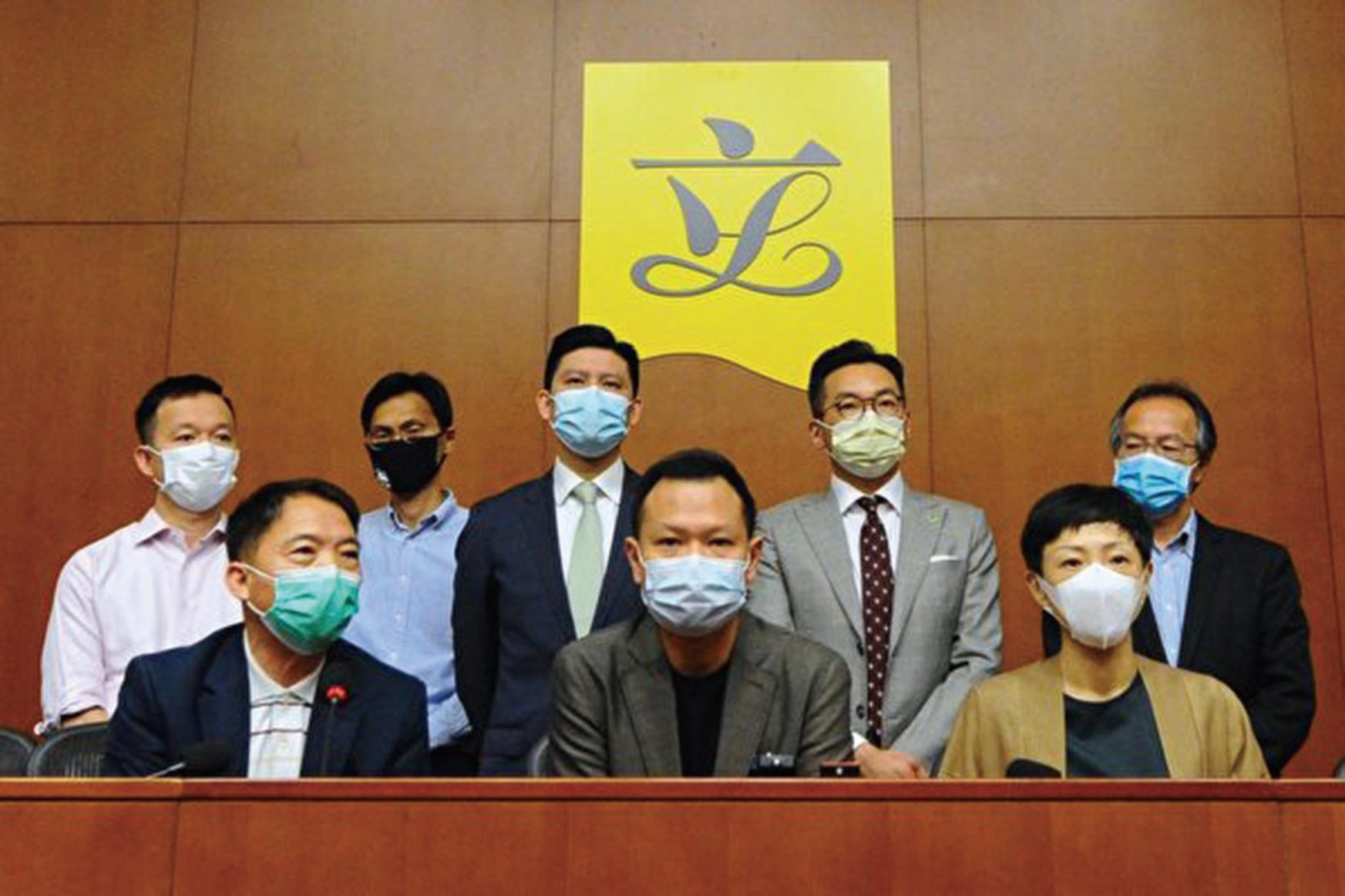 原香港泛民派議員4月21日在立法會召開記者會,郭榮鏗(前排中)曾表示,如果可為香港人爭取民主自由和捍衛法治,因而被取消議員資格,這是他一生的光榮。(宋碧龍/大紀元)