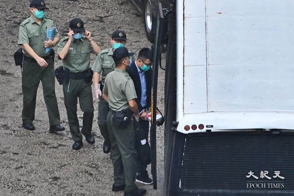 鍾錦麟今(6月1日)保釋申請被拒,被懲教人員押送上囚車。(宋碧龍/大紀元)