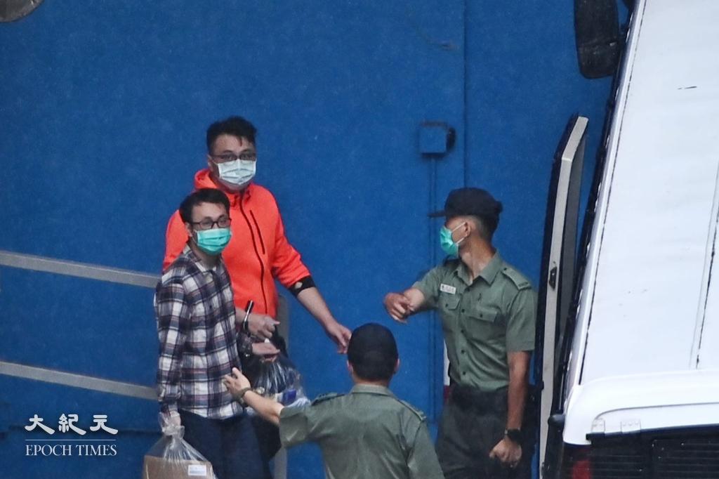 王百羽(穿橙色外套)及劉澤鋒(身穿格仔上衣)今(6月1日)申請保釋被拒,被懲教人員押送上囚車。(宋碧龍/大紀元)
