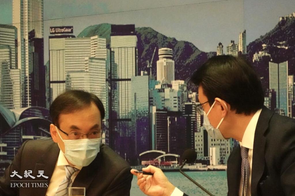 商務及經濟發展局長丘騰華和通訊事務總監梁仲賢(左)出席記者會(余鋼/大紀元)