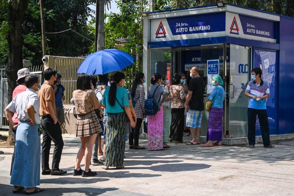 IHS Markit今(6月1日)公佈5月份緬甸製造業PMI數值為39.7,反映商業活動正在收縮。圖為仰光民眾於銀行自動櫃員機前大排長龍,提取現金以應付開支。(STR/AFP via Getty Images)