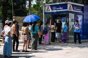 緬甸民眾排隊提款 政變影響十分長遠