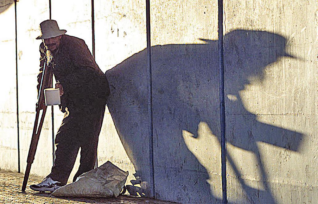 期待中國縮小貧富差距的美夢,如同夕陽映照出的背影,只有越演越長。(Getty Images)
