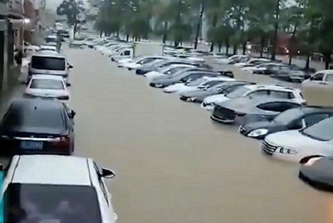 6月1日下午,廣東珠海市區突降暴雨,停在路邊的車輛被淹在水中。(影片截圖)