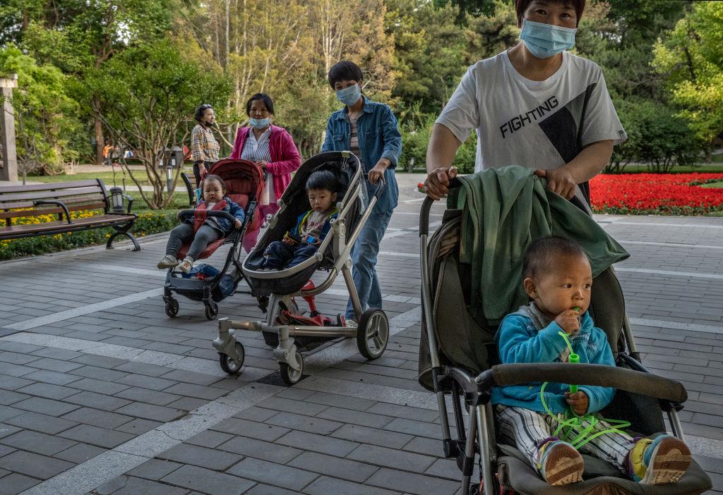 中共宣佈三孩生育政策,一些批評人士質疑政府為何不完全解除限制。(Kevin Frayer/Getty Images)