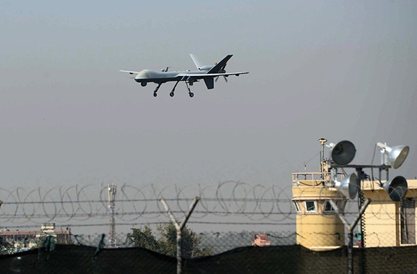 圖為一架美國無人機降落在阿富汗賈拉拉巴德機場。(Noorullah Shirzada/AFP via Getty Images)