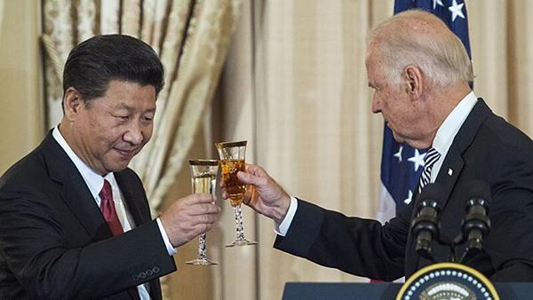 2015年9月25日,時任美國副總統拜登和中國國家主席習近平在華盛頓舉行的國宴上相互敬酒。(Photo credit should read PAUL J. RICHARDS/AFP via Getty Images)