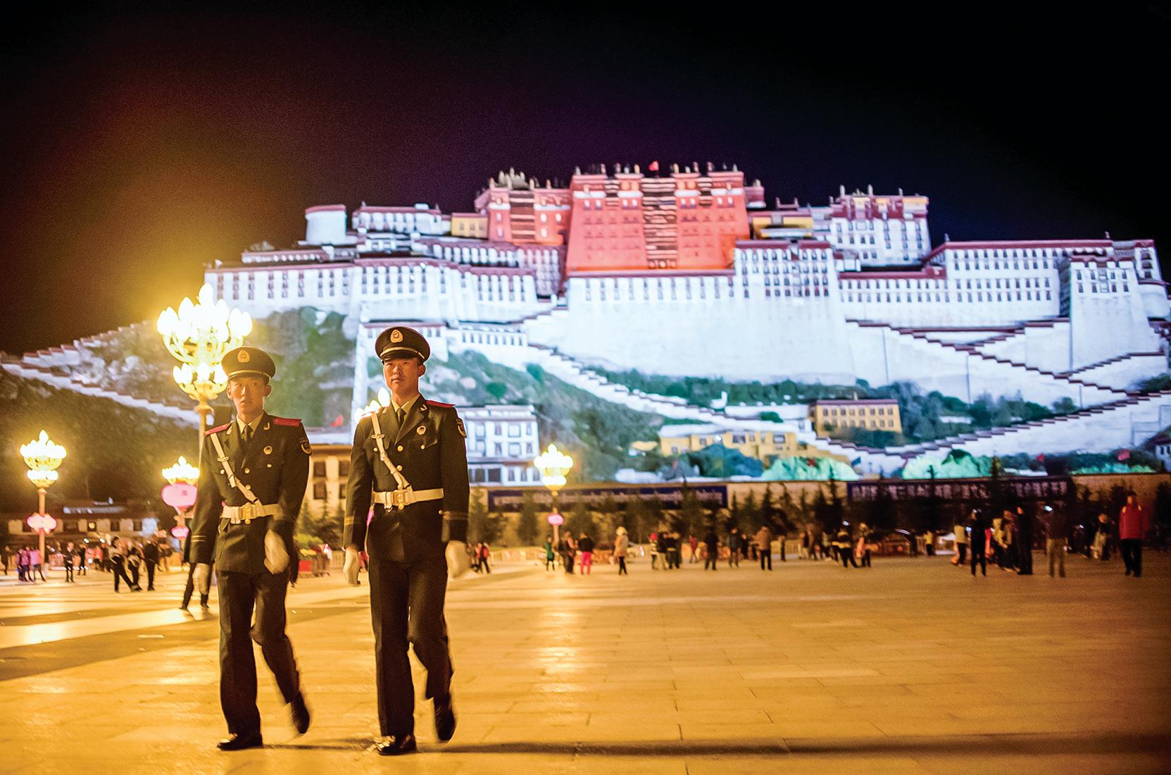 近日,中共國務院發佈西藏白皮書,聲稱西藏在社會主義制度下人民幸福、脫貧攻堅全面勝利等等,被指謊話連篇。圖為2016年9月西藏布達拉宮前,有警察在巡邏。(Getty Images)