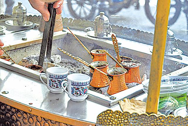 土耳其街頭賣咖啡的小攤販。