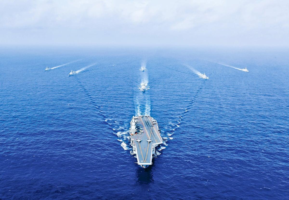 2018年4月18日,中國航母「遼寧號」(中)在演習中航行。(Getty Images)