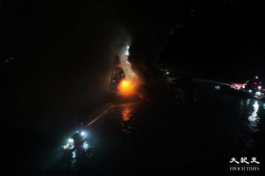 【獨家】昂船洲軍營對出海面躉船着火冒濃煙 疑有化學物品起火