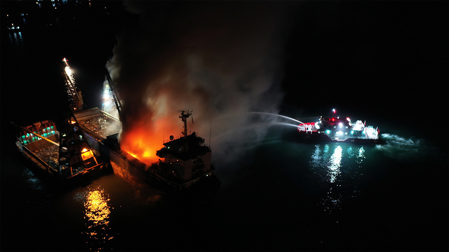 昂船洲軍營對出海面躉船着火冒濃煙