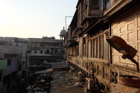 印度月光市集現在建築和街道都已殘破,但仍能從部份保留下來樑柱與窗格雕工精細、充滿阿拉伯風情的建築,一窺當年帝國繁榮盛況。(中央社)