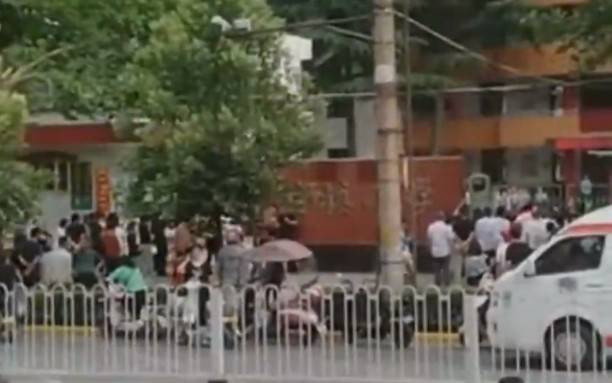 6月2日,陝西蒲城縣古鎮小學,午餐後學生出現嘔吐腹痛腹瀉等症狀,46人送醫治療。(影片截圖)