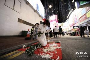 六四32|行為藝術家在銅鑼灣表演悼念六四死難者