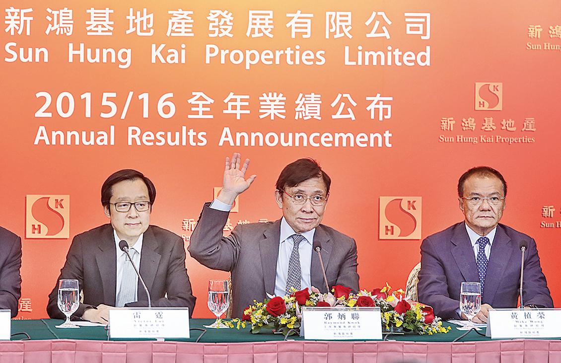 新地主席兼董事總經理郭炳聯(中)表示,對本港前景有信心,會持續積極投地。(余鋼/大紀元)
