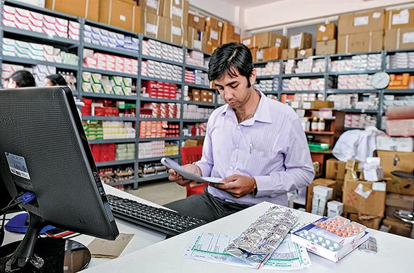 印度被稱為「世界藥房」,圖為印度班加羅爾維多利亞醫院的一名藥劑師。(AFP)