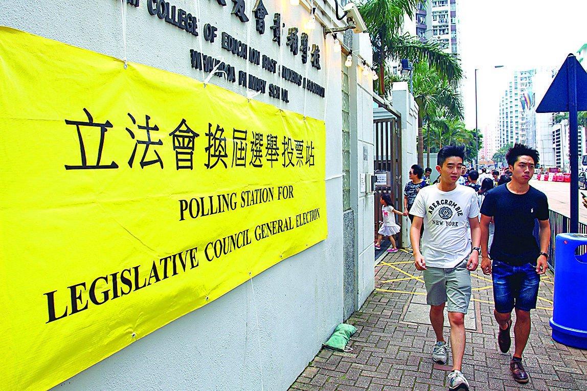 今次立法會選舉,不單有年青世代參選,更多了年青人出來投票及助選。(潘在殊/大紀元)